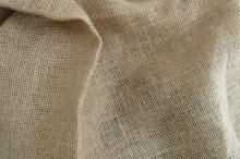 Холщовая ткань имеет жесткую, грубую поверхность.