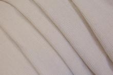 Суровая ткань имеет бежево-серый цвет и отличается жесткостью.